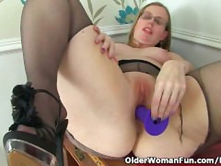 British milf Sammie spreads her..