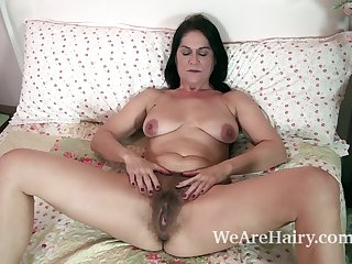 The sexy and mature MILF Kaysy strips in..