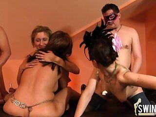 Hausfrauen im Swingerrausch!