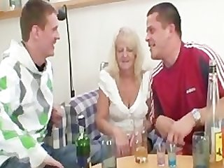 Partying guys seduce slutty blonde..