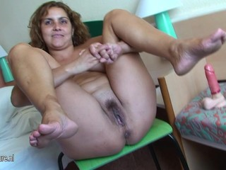 Mature mom Erica loves to pee and play..