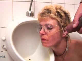 Amateur mature slut gets piss and deep..